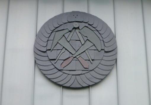 Fassadenbekleidung in Winkelstehfalztechnik mit hervorgehobenem Ornament in Schiefer